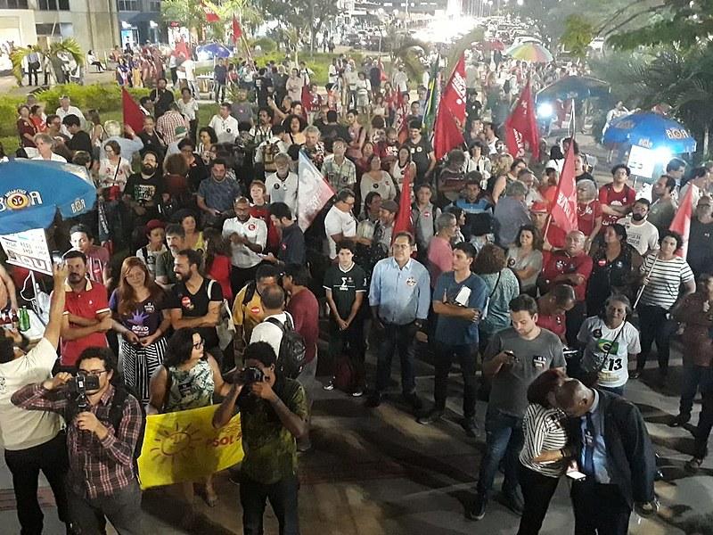 Militantes reunidos durante ato de lançamento da Frente Ampla em Defesa da Democracia, em Brasília (DF)