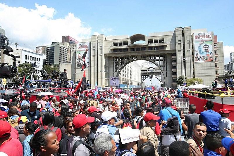 População se reúne em frente ao Conselho Nacional Eleitoral para prestar apoio ao presidente Maduro