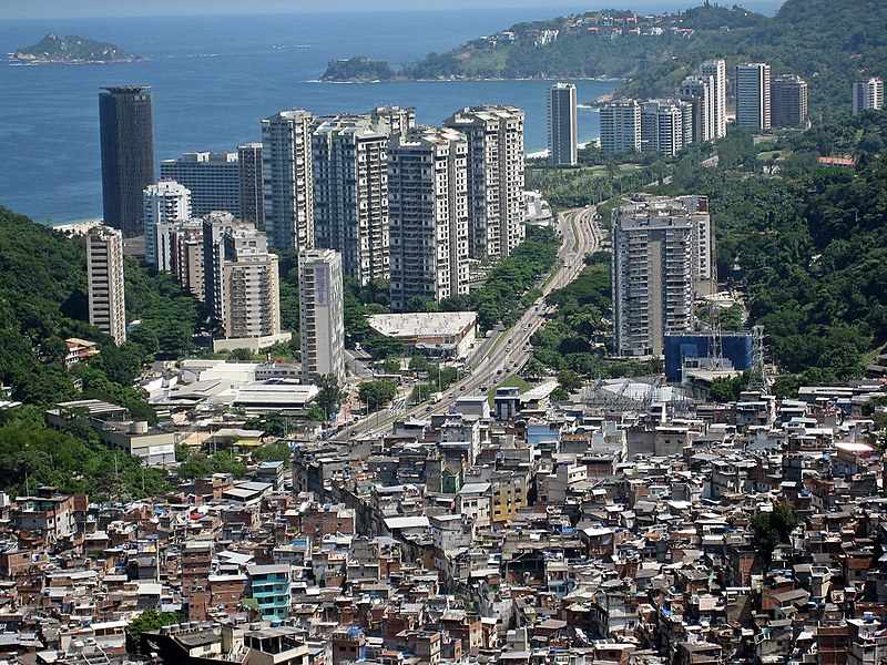 Favela da Rocinha e o bairro de São Conrado, no RJ, retrata a desigualdade do país