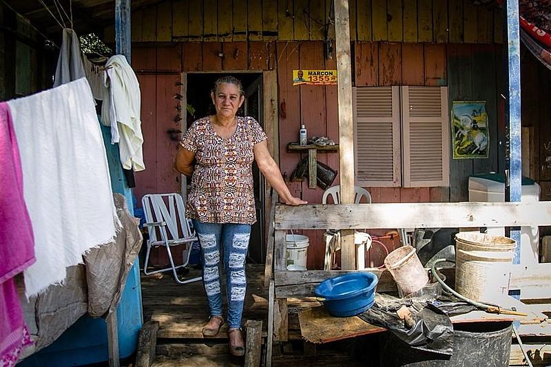 Liane Farias, na entrada de sua casa na Ilha Grande dos Marinheiros