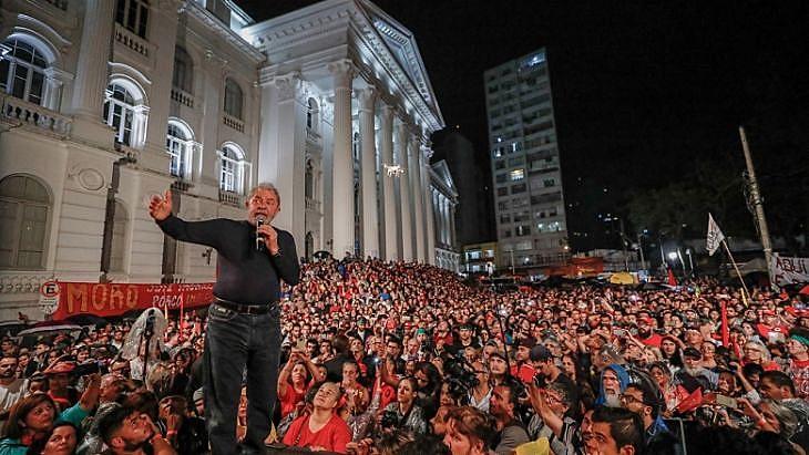 Lula está mantido como preso político em Curitiba desde abril. No mês anterior, ato reuniu milhares de apoiadores na capital paranaense