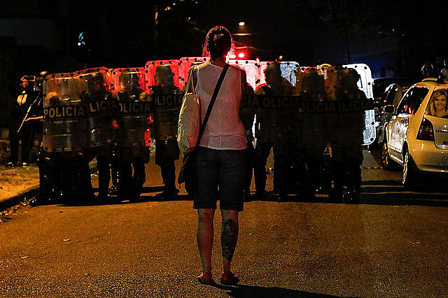 Seguidora de Lula encara hilera de la policía antidisturbios