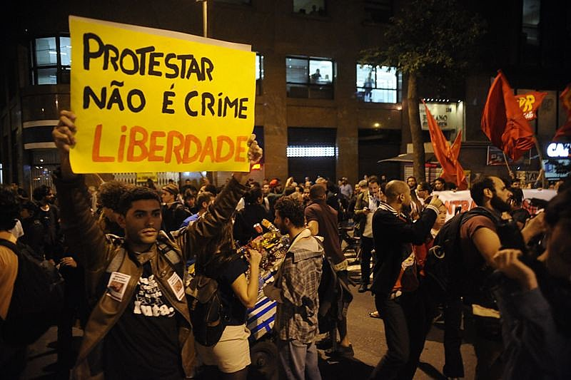 Criminalização de protestos tem sido grande preocupação de movimentos populares. Na foto,  militante reivindica liberdade de expressão