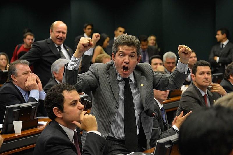 """Deputado Delegado Waldir (PSL-GO), na Câmara: """"Eu votei nessa porra"""", disse, referindo-se a Bolsonaro"""