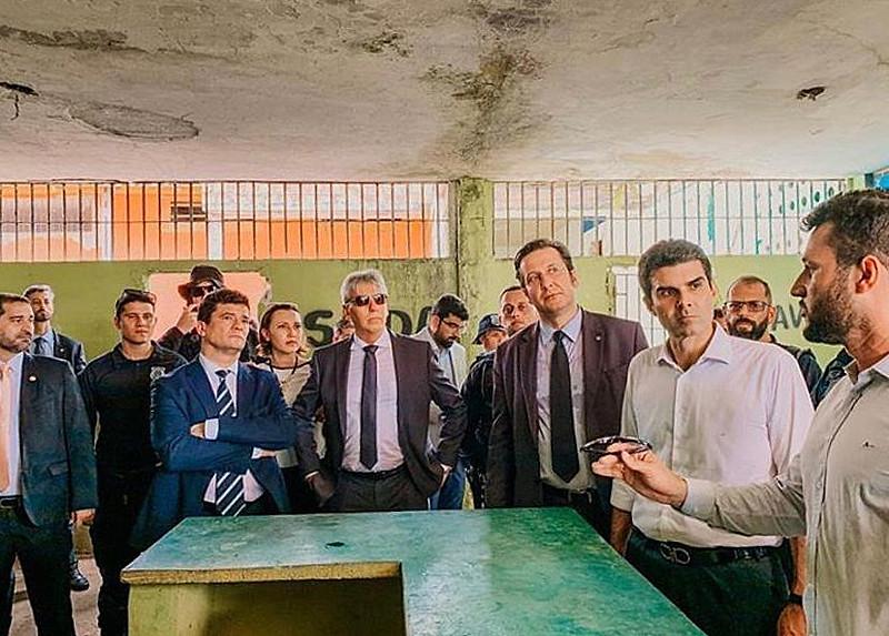 O coordenador afastado da FTIP, Maycon Rottava, de óculos na mão, fala na presença do ministro Sergio Moro e do governador Helder Barbalho.