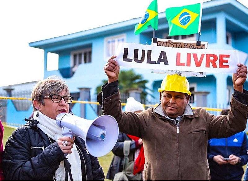 Apesar do alerta de geada e previsão de mínima de 6ºC em Curitiba, Vigília Lula Livre se mantém firme há 43 dias em Curitiba