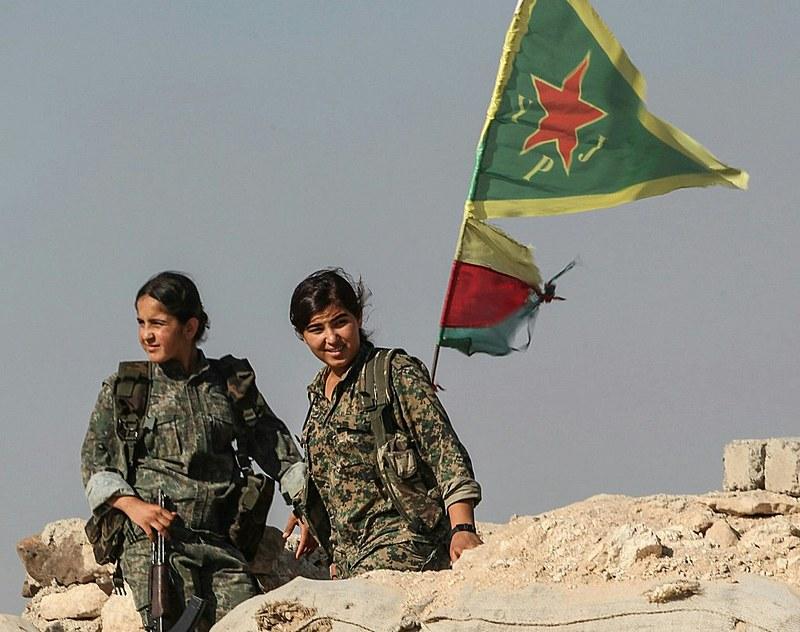 Militantes da União de Proteção das Mulheres na frente de batalha do exército curdo