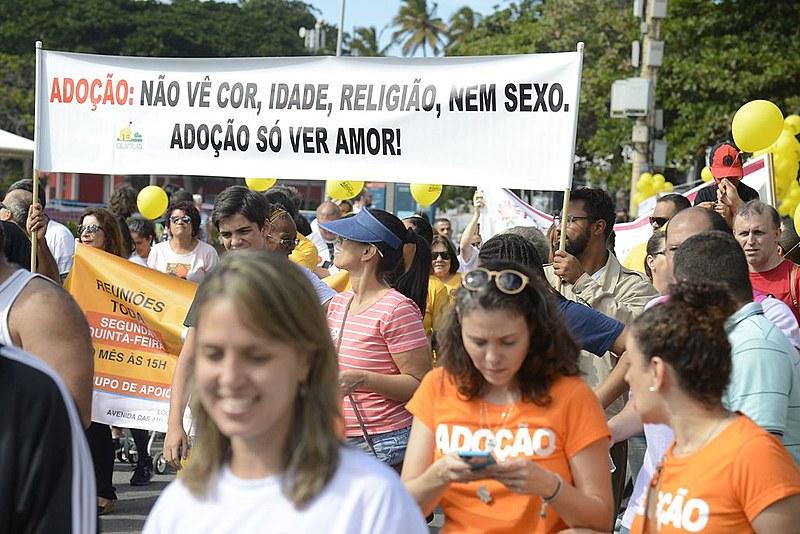 No Brasil, mais de 5 mil crianças e adolescentes esperam por um lar