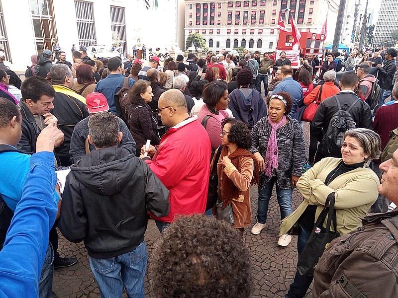 Servidores municipais reunidos em frente à Prefeitura na manhã de hoje (6)