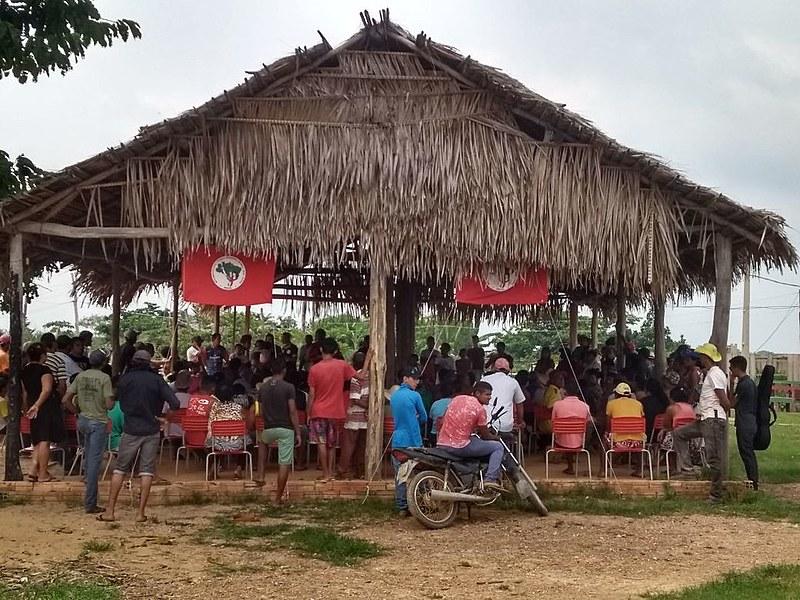 As famílias decidiram resistir ao despejo depois que homens atiraram contra o acampamento; clima é de tensão