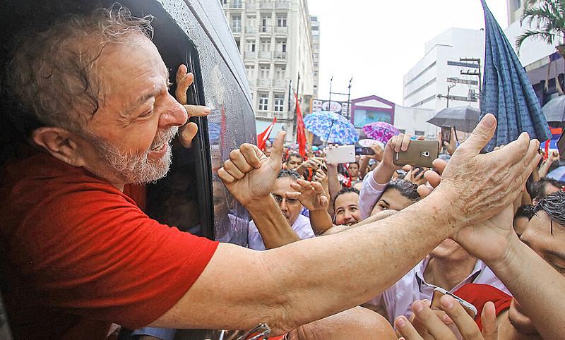 Caravanas de diversos locais do país estavam sendo organizadas em apoio ao ex-presidente