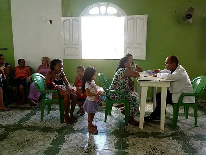 Médico cubano atendendo pessoas do município de Ponte de Pedras, na Ilha do Marajó. No local, mas as maiores ocorrências são por diarreia.