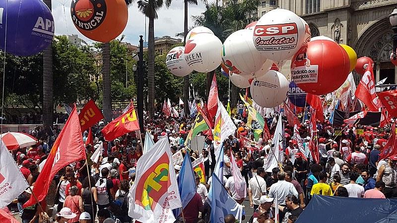 Manifestantes se reuniram na Praça da Sé em repúdio à proposta de reforma da previdência de Bolsonaro