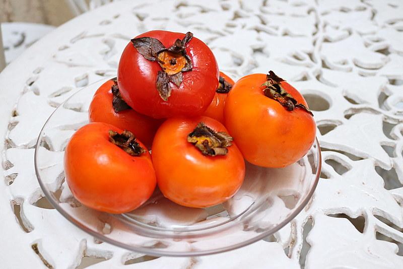 A cor da casca varia de amarelo a vermelho e a fruta possui os tipos Fuyu, Rama Forte, Taubaté e Giombo