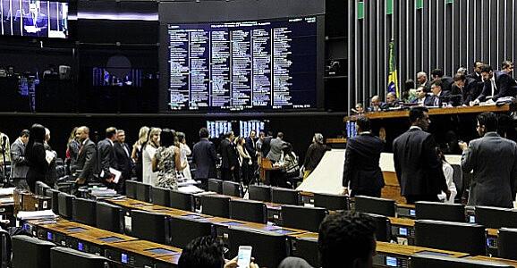 Plenário esvaziado levou ao adiamento da votação
