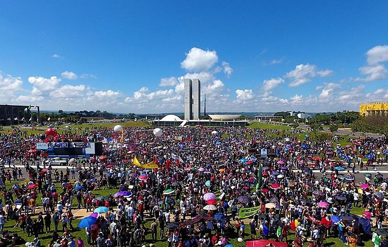 Em Brasília, mais de 50 mil pessoas protestam contra os cortes na educação pública feitos pelo governo Bolsonaro.