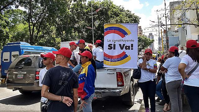 Apoiadores da Assembleia Constituinte em frente ao Liceo Andrés Bello, na praça Carabobo, em Caracas