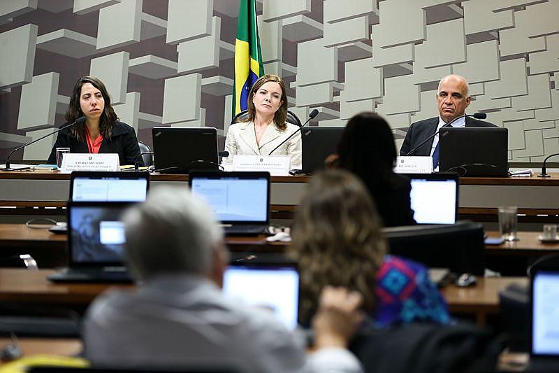 Da esquerda para a direita, a economista Laura Carvalho, a senadora Gleisi Hoffman e o economista Jessé Souza