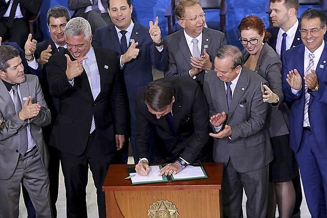No dia 7 de maio, Bolsonaro e apoiadores celebravam assinatura do decreto que seria revogado menos de dois meses depois