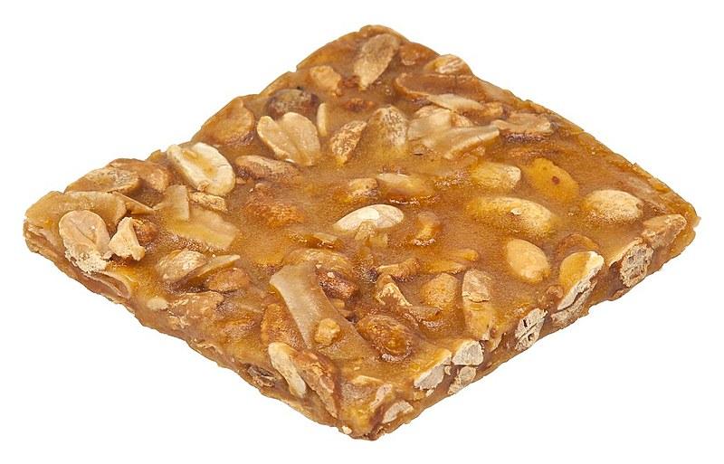O pé-de-moleque é um doce feito a partir da mistura do amendoim torrado com rapadura, tradicional na Bahia