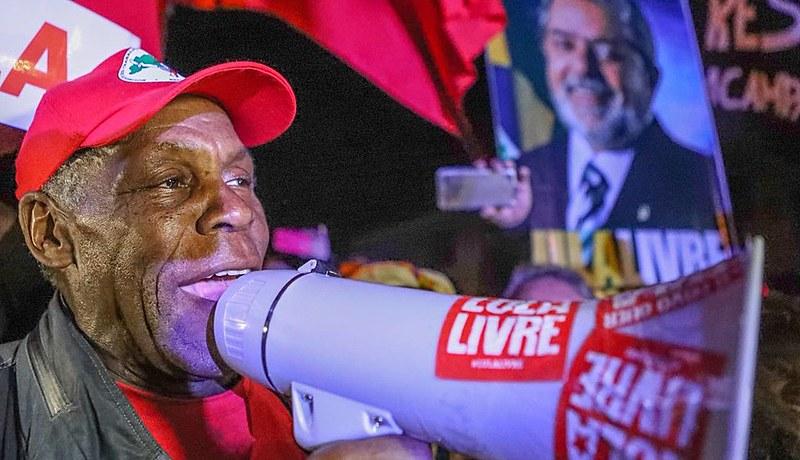 Danny Glover, ator e ativista estadunidense, esteve na Vigília Lula Livre e visitou ex-presidente na PF