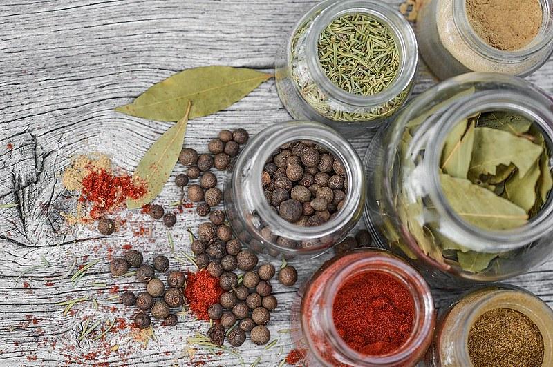 Cúrcuma, gengibre, cardamomo, cravo, noz moscada e canela são algumas das ervas consideradas especiarias