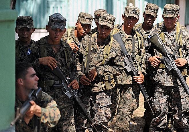 Em foto de 2011, fuzileiro naval dos EUA treina militares hondurenhos