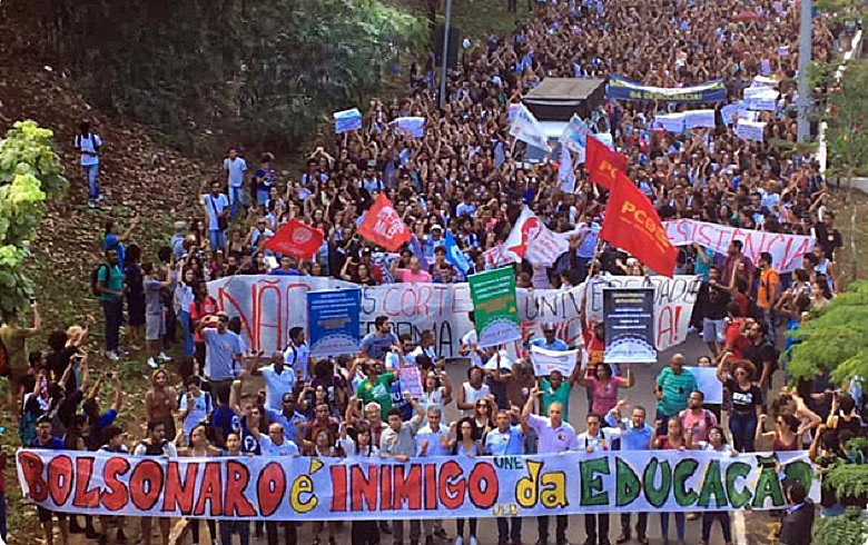 Manifestantes tomaram as ruas, no último dia 15, em defesa da educação pública e de qualidade; e contra os cortes do governo