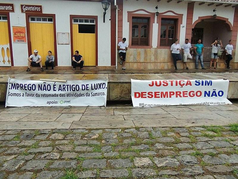 No dia 5 de novembro, trabalhadores protestam em Mariana por empregos