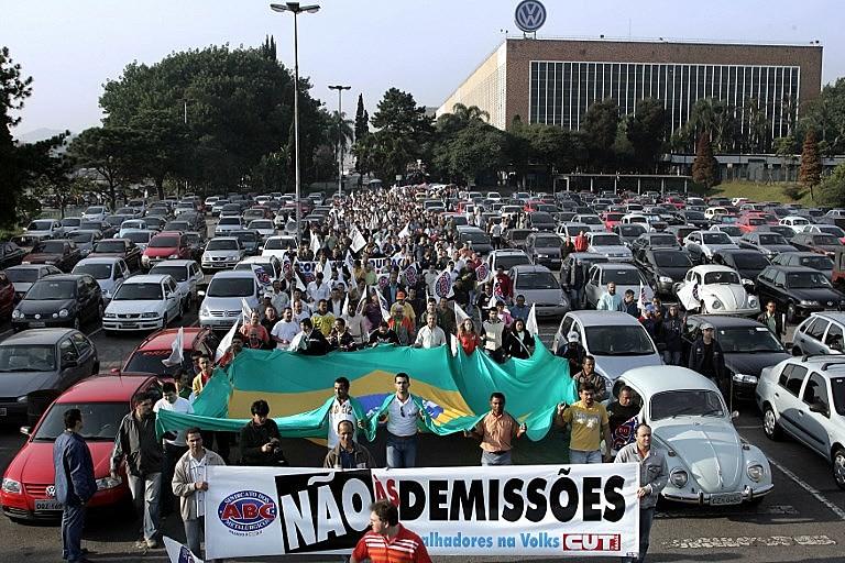 Empregados da fábrica da Volkswagen, em São Bernardo do Campo (SP), em marcha contra demissões no ano de 2006