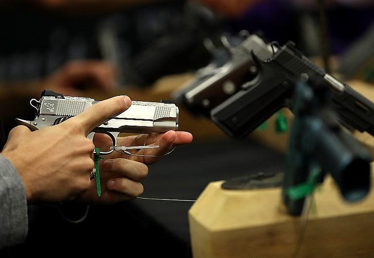 Estudos apontam relação entre armas compradas legalmente e seu desvio para atividades ilegais