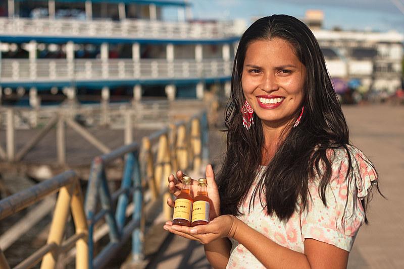 Mariane Chaves com o Mani-Oara, bebida criada a partir dos saberes da comunidade aliados ao conhecimento acadêmico