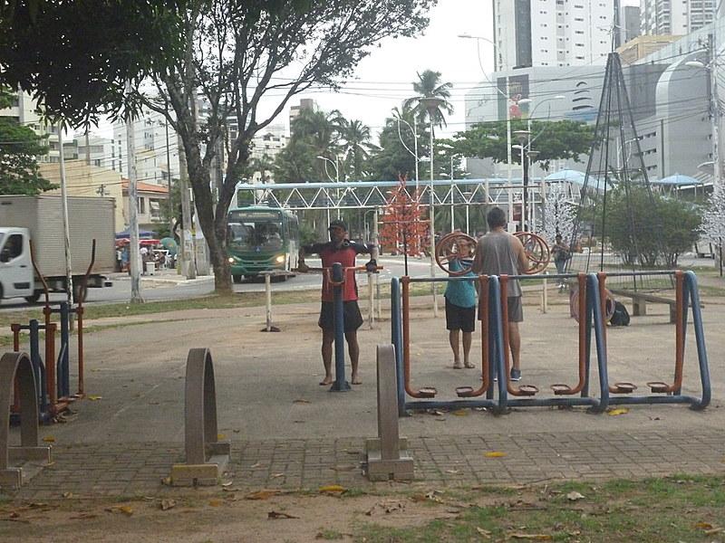 Os aparelhos dispostos nas praças permitem realizar exercícios que ajudam no condicionamento físico e na boa forma.