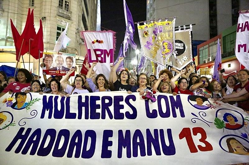 Manifestantes declaram apoio à chapa e pedem retomada de políticas públicas voltadas para as mulheres