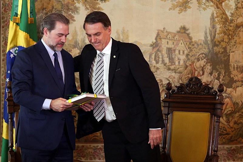 Dias Toffoli (esq.) ao lado do presidente Jair Bolsonaro