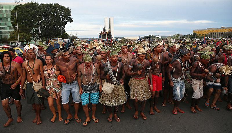 Povos indígenas fazem manifestação durante o Acampamento Terra Livre, na Esplanada dos Ministérios, em Brasília