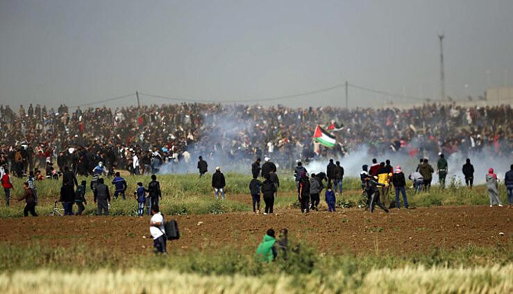 Forças Armadas Israelenses reprimem manifestantes palestinos que marchavam no Dia da Terra, na última sexta-feira (30)