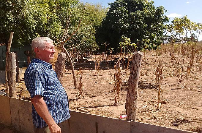 Há dois anos que o poço de Francisco Lima secou, e passou a irrigar suas plantações sozinho e manualmente.