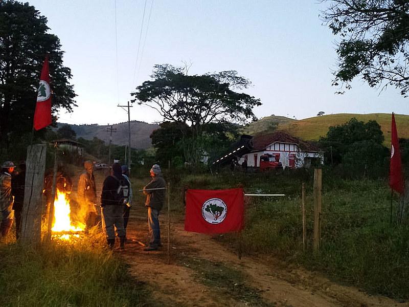 Em Taubaté, cerca de 70 famílias ocuparam a Fazenda Santana