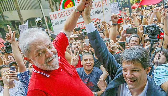 Archive photo of ex-president Lula (left) and Haddad, who was officially appointed as the Workers' Party presidential candidate this Tuesday
