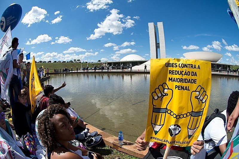 Estudantes protestam contra a proposta de redução da maioridade penal, em 2015, em frente ao Congresso Nacional