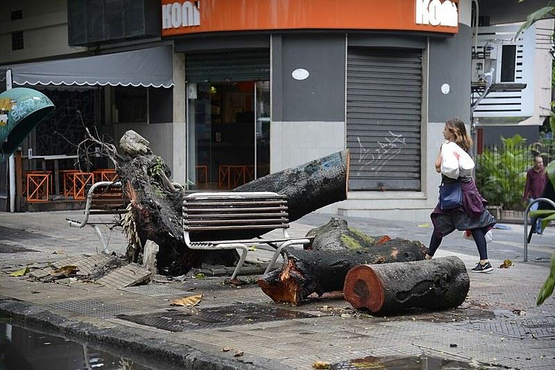 Com o registro de treze mortes devido à fortes chuvas, diário oficial declara estado de emergência nas regiões metropolitanas