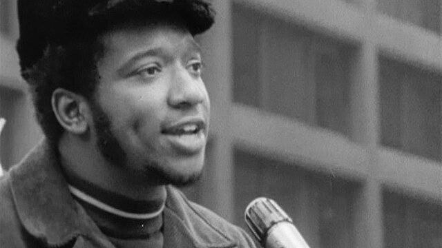 Com poucos anos de militância, Fred Hampton tornou-se um grande militante e comunicador dos Panteras Negras