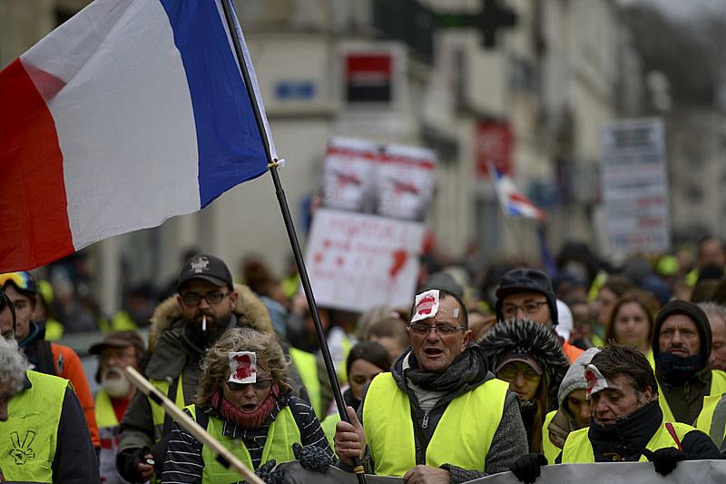 Projeto também proíbe uso de máscaras durante protestos