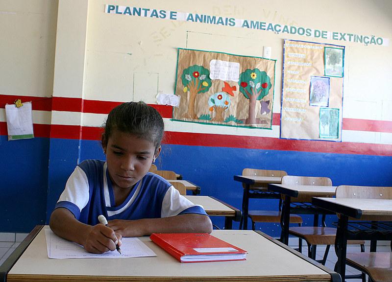 """""""A proposta de Lei da Escola Sem Partido é inconstitucional. E deve ser tratada como um grande retrocesso sim, pois tira a liberdade de cátedra do professor"""", diz professora"""