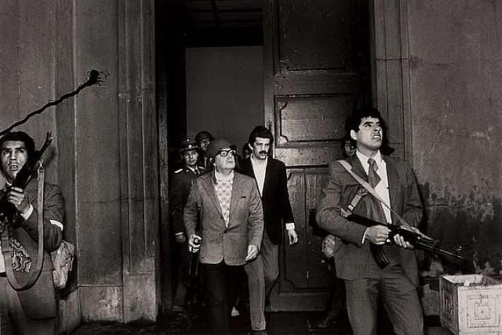 Na manhã do dia 11 de setembro, de 1973, Salvador Allende se defende no Palácio La Moneda, no Chile