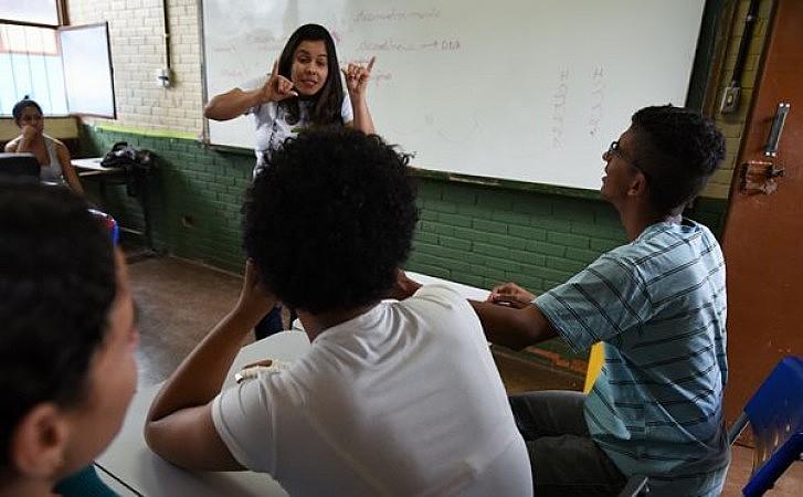 Especialistas afirmam que número de escolas bilingues em Libra e português ainda é irrisório