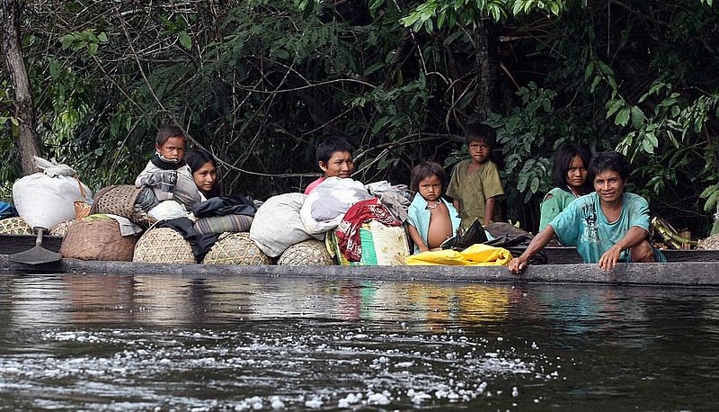 Família de Índios katukinas da aldeia Janela encontrados no rio Biá , durante expedição da FUNAI ao Vale do Rio Javar