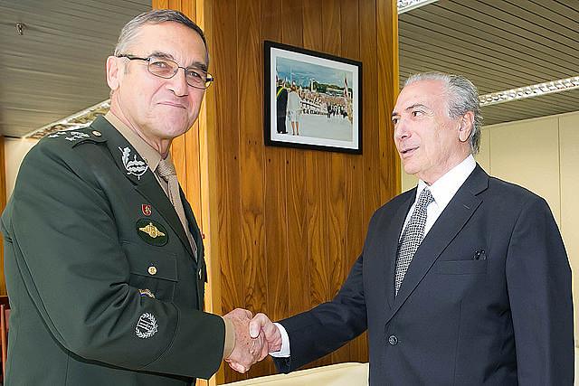Comandante do Exército, o general de exército Eduardo Dias da Costa Villas Bôas, com Michel Temer, em 2015