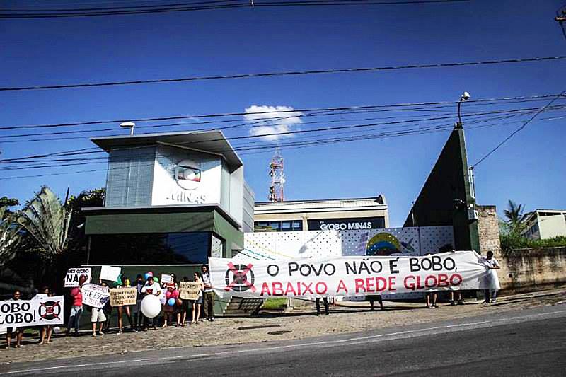 Protesto em frente à sede da emissora em BH nos 50 anos da Globo, em 2015